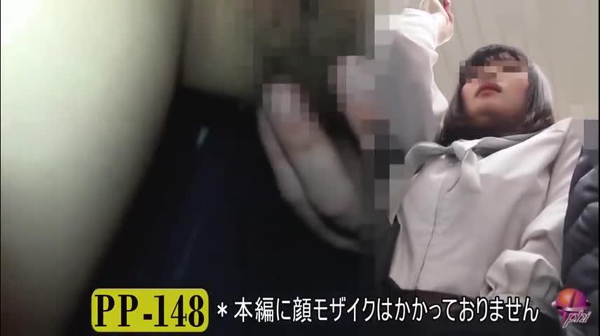 満員列車でおなにーしちゃうヘンタイ露出狂小娘を隠し撮り☆☆